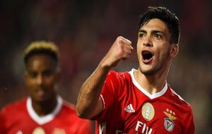 Raúl Jiménez, celebrando su gol con el Benfica.
