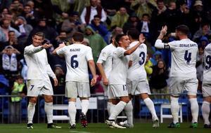 Los jugadores del Real Madrid celebrando el segundo gol ante el...