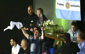 Maradona en la grada celebrando el triunfo de Del Potro y con la...
