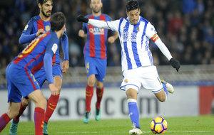 Vela dispara a portería durante el partido ante el Barça