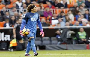 Ochoa (31) despeja el balón durante el partido ante el Valencia.