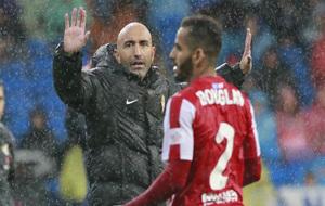 Abelardo da instrucciones a sus futbolistas durante el partido ante el...