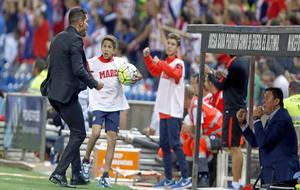 Simeone celebra un gol junta a su hijo Giuliano en el Calderón