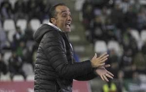 José Luis Oltra gesticula durante el que ha sido su último partido...