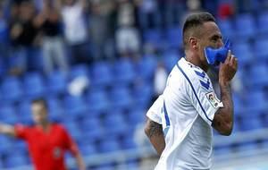 Suso besa el brazalete de capitán tras marcar un gol en el Heliodoro