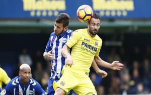 Mario Gaspar cabeceando el balón en el partido contra el Alavés