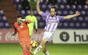 Michel Herrero intenta taponar el despeje de Castro durante el partido...