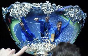 Los campeones, reflejados en el trofeo