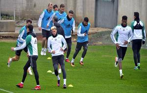 Los jugadores, en el entrenamiento de este lunes.