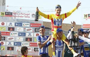 Rui Vinhas, aupado por sus compañeros tras ganar la Vuelta a...