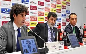Oltra, junto a Carlos González y Emilio Vega el día de su...