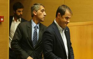 Ramón Robert y Jordi Lardín entran a la sala de prensa del RCDE...