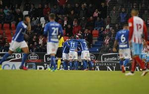 Los jugadores del Tenerife celebran uno de los goles anotados en Lugo.