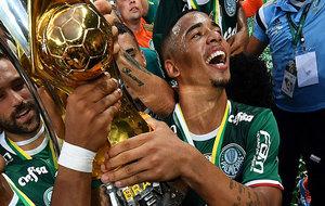 Gabriel Jesús celebra el título conseguido por el Palmeiras en el...
