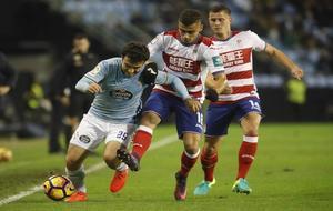 Pereira lucha con balón a Rossi durante el partido del pasado domingo...