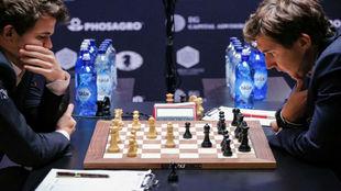 El noruego Magnus Carlsen y el ruso Serguei Karjakin durante la...