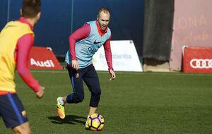 Iniesta, en un entrenamiento del Barcelona
