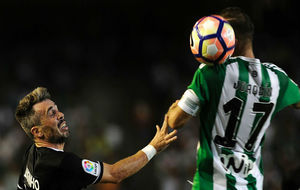 Luisinho pugna por un balón con Joaquín en el partido de Liga de...