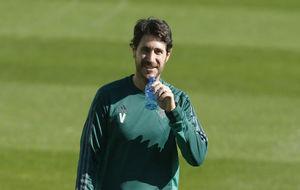 Víctor, bebiendo agua en un entrenamiento