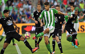 Piccini pugna con Juanfran en el partido de Liga de esta temporada