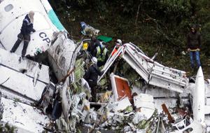 Operarios trabajando en la búsqueda entre los restos del avión.