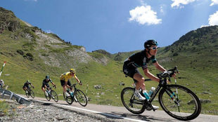Geraint Thomas guía a Chris Froome en la novena etapa del Tour 2016.