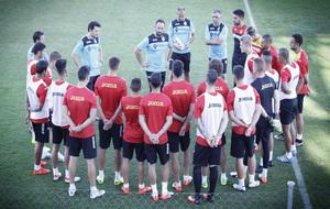 La plantilla del Getafe escucha a Bordalás en un entrenamiento.