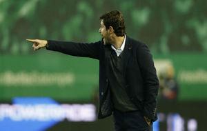 Víctor Sánchez da indicaciones a sus jugadores durante el partido.
