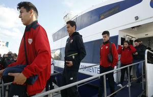 Los jugadores del Sevilla bajan del ferry en Formentera.