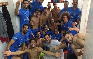 Los jugadores de la Formentera celebran el pase de ronda.