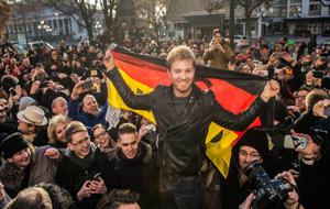 Rosberg, con sus paisanos de Wiesbaden esta mañana.