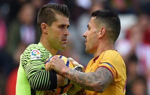 Iván Cuellar forcejea el balón con Vítolo.