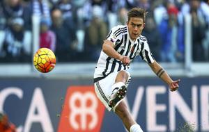 Dybala chuta a puerta en un encuentro con la Juventus.