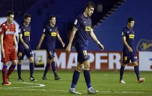 Los jugadores del UCAM Murcia y Numancia abandonan el terreno de juego