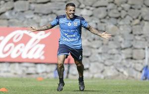 Vitolo celebra un gol con el Tenerife en un entrenamiento.