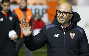 Jorge Sampaoli saluda a los aficionados.