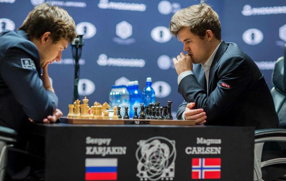 Carlsen y Karjakin durante la partida decisiva.