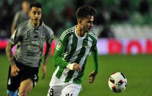 José Carlos controla un balón ante Joselu en el Betis - Deportivo de...