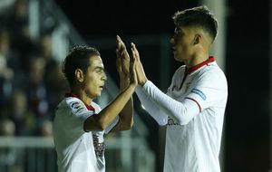 Ben Yedder y Correa celebran uno de los goles del Sevilla.