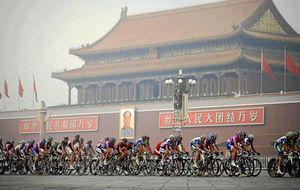 Decenas de corredores ruedan en una prueba en Pekín.