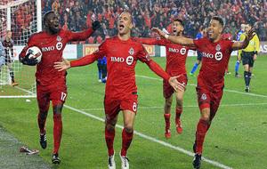 Benoit Cheyrou celebra el cuarto gol de Toronto FC.