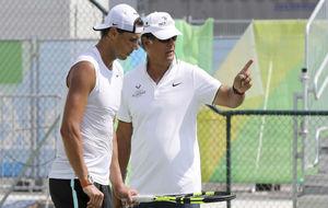 Rafa y Toni Nadal durante un entrenamiento en Río de Janeiro.