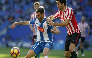 Leo Baptistao protege el balón durante el partido contra el Athletic.