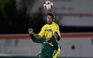 José Ángel disputa un balón con Esparza durante el encuentro de...