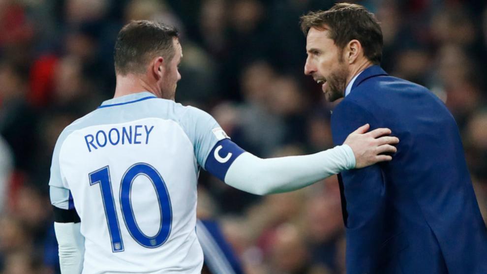 Southgate da indicaciones a Rooney, que actúa como capitán