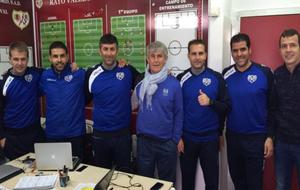 Bora Milutinovic posa con el cuerpo técnico del Rayo Vallecano en sus...