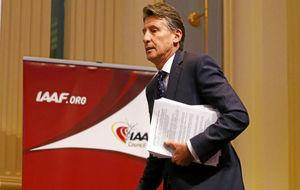 Sebastian Coe, presidente de la IAAF, en su llegada a una conferencia...