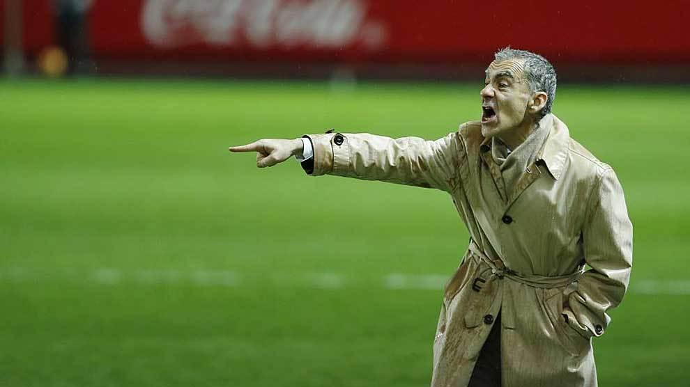 Carlos Terrazas da instrucciones a sus jugadores en Sevilla el pasado...