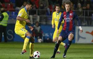Aythami Artiles controla el balón ante Cmiljanic en El Alcoraz