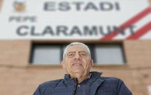 Pep Claramunt (70) posa para MARCA en el campo de fútbol de Puzol que...
